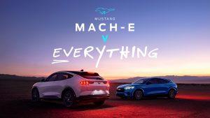Ford Mustang Mach-E'nin yerçekimi, şimşek ve acayip bir rokete karşı savaşını izleyin