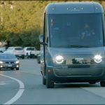 Rivian'ın elektrikli Amazon teslimat minibüsünün nasıl çalıştığını izleyin