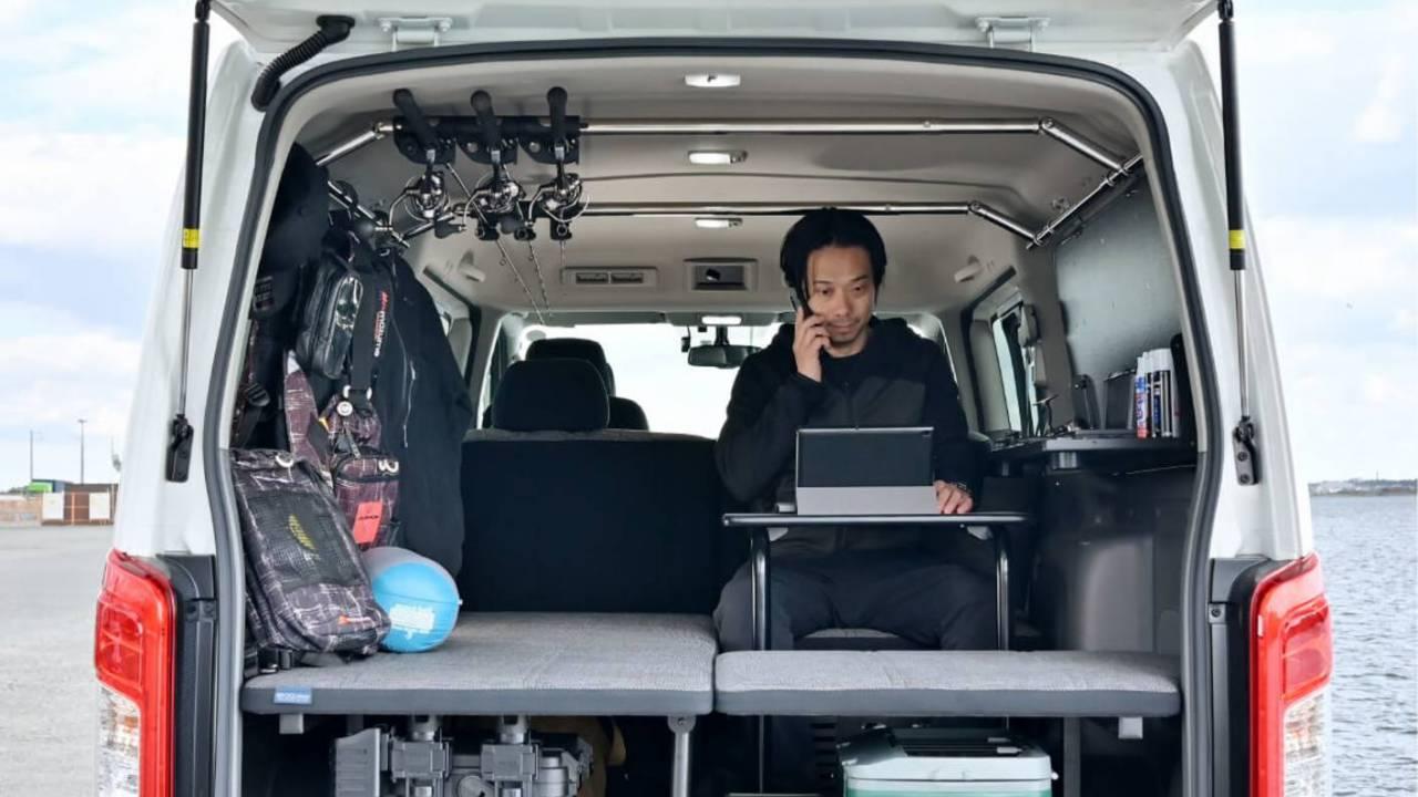 Nissan minibüs yaşam konsepti, yolda çalışmak için küçük bir masa içerir