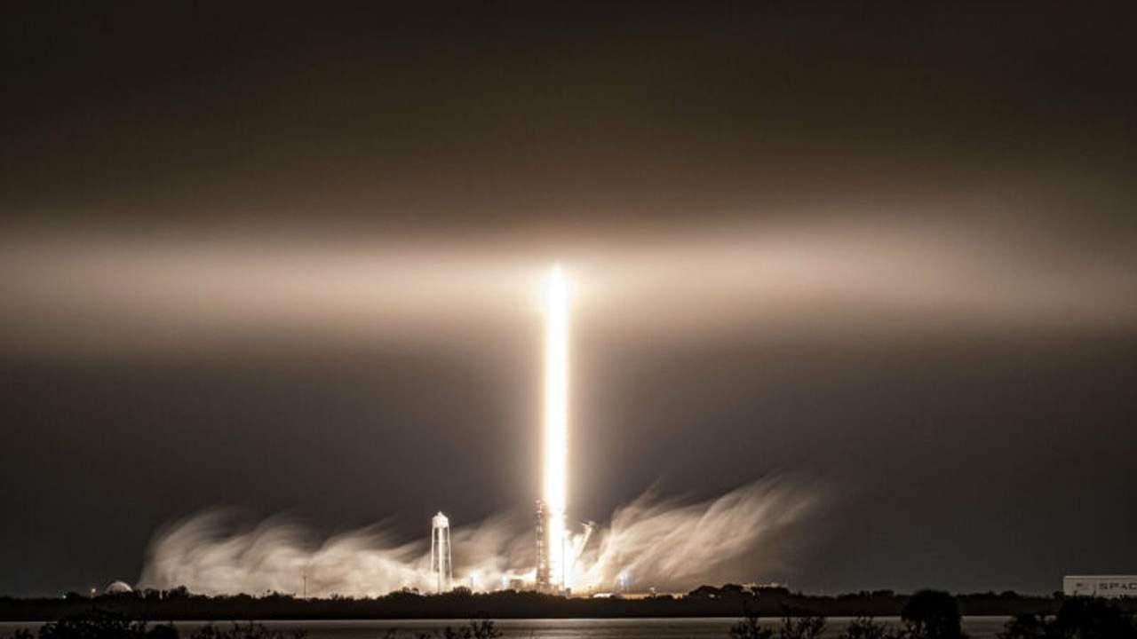 Gökyüzünde etkileyici bir ışık gösterisi için yapılmış bir Falcon 9 roketinden enkaz